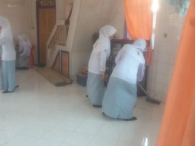 Membersihkan Mosalla Di sekitar Sekolah